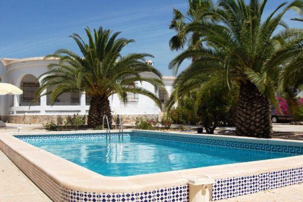 Chalet con piscina en torrevieja for Piscina torrevieja