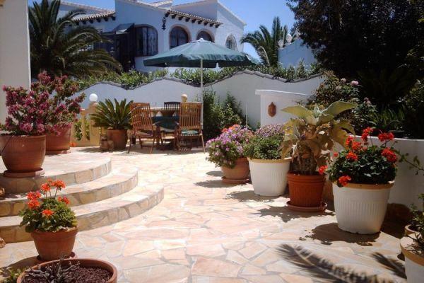 Entrada y terraza romanticas con flores lindas