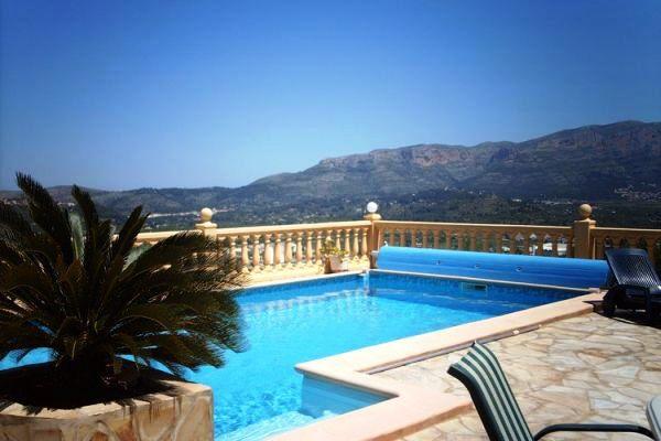 Piscina con vistas bonitas a las montañas y el mar