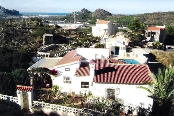 Villa en las montañas no lejos del mar