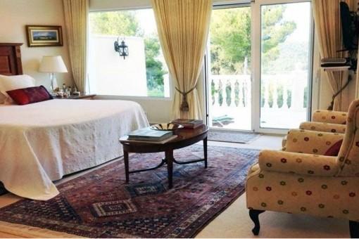 Bedroom with jacuzzi