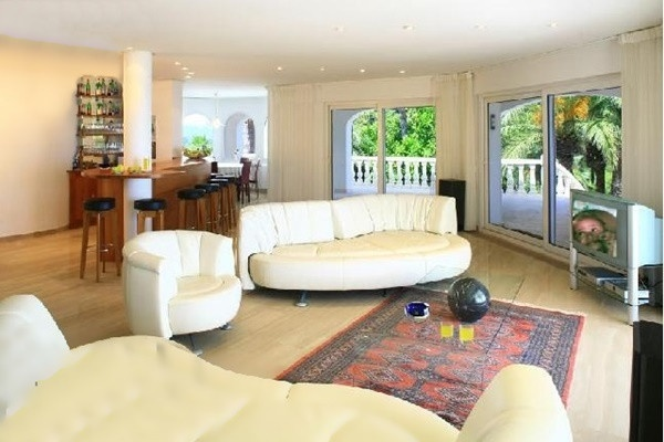 The light-flooded living room with huge windows