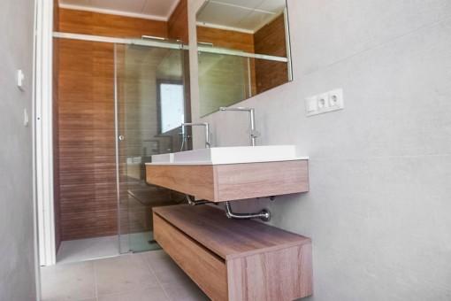 Baño con luz natural y ducha de lluvia
